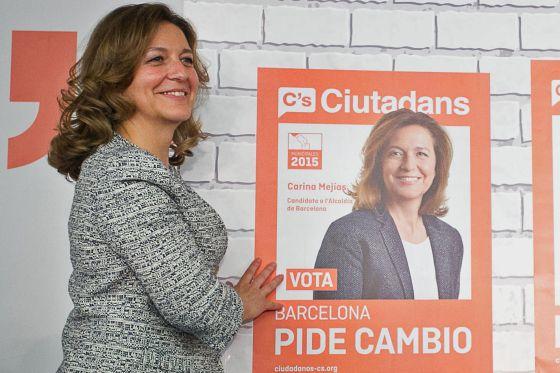 Carina Mejías, candidata de Ciutadans per a l'Ajuntament de Barcelona davant el seu cartell electoral